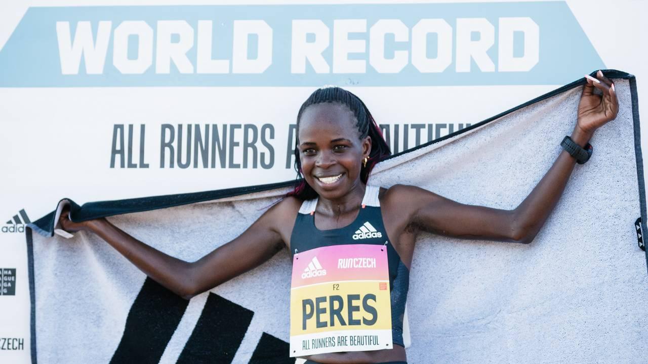 Peres Jepchirchir batió el récord mundial en la media maratón femenina de Praga en adizero adios Pro