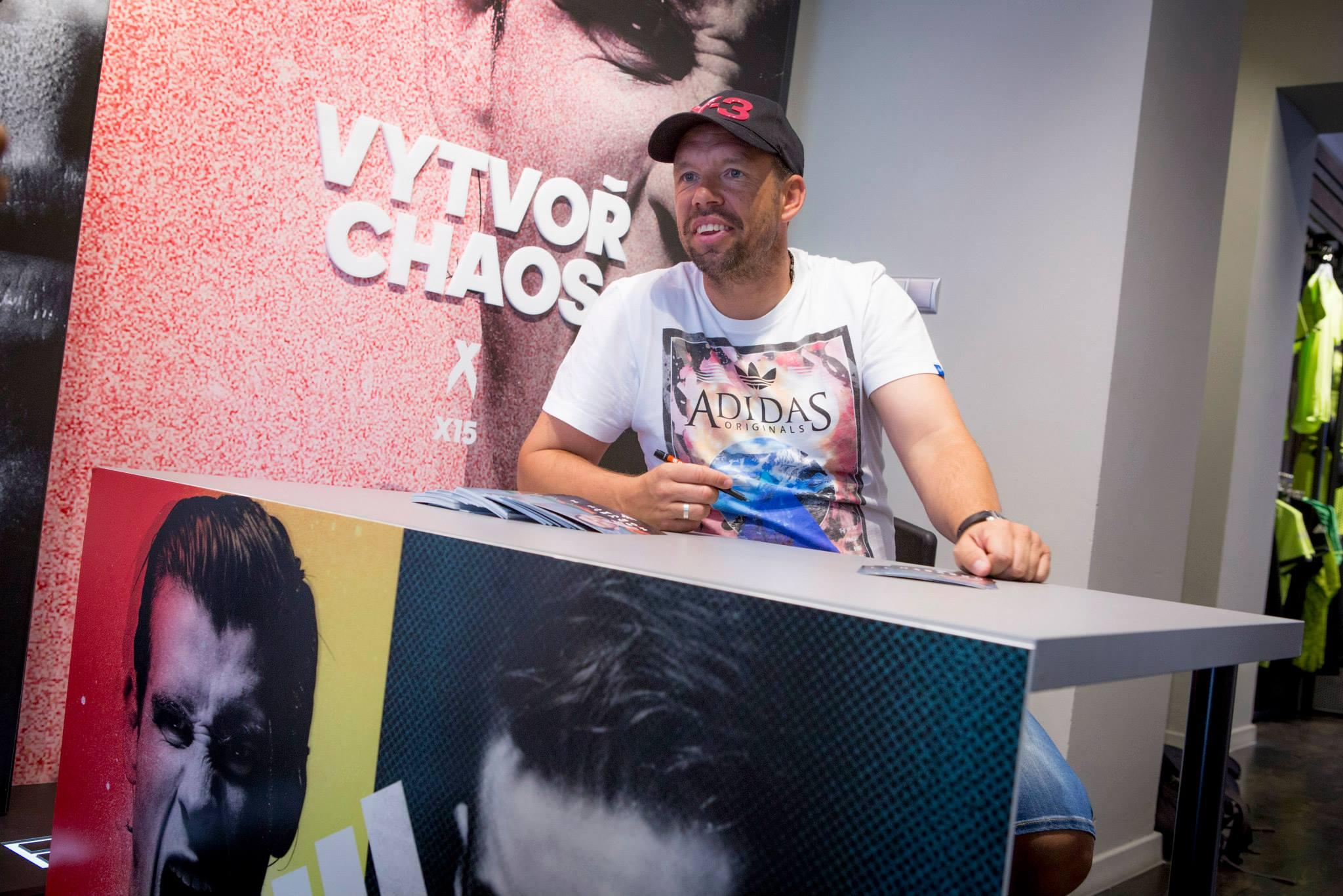 Pavel Horváth při autogramiádě v našem pražském obchodě.