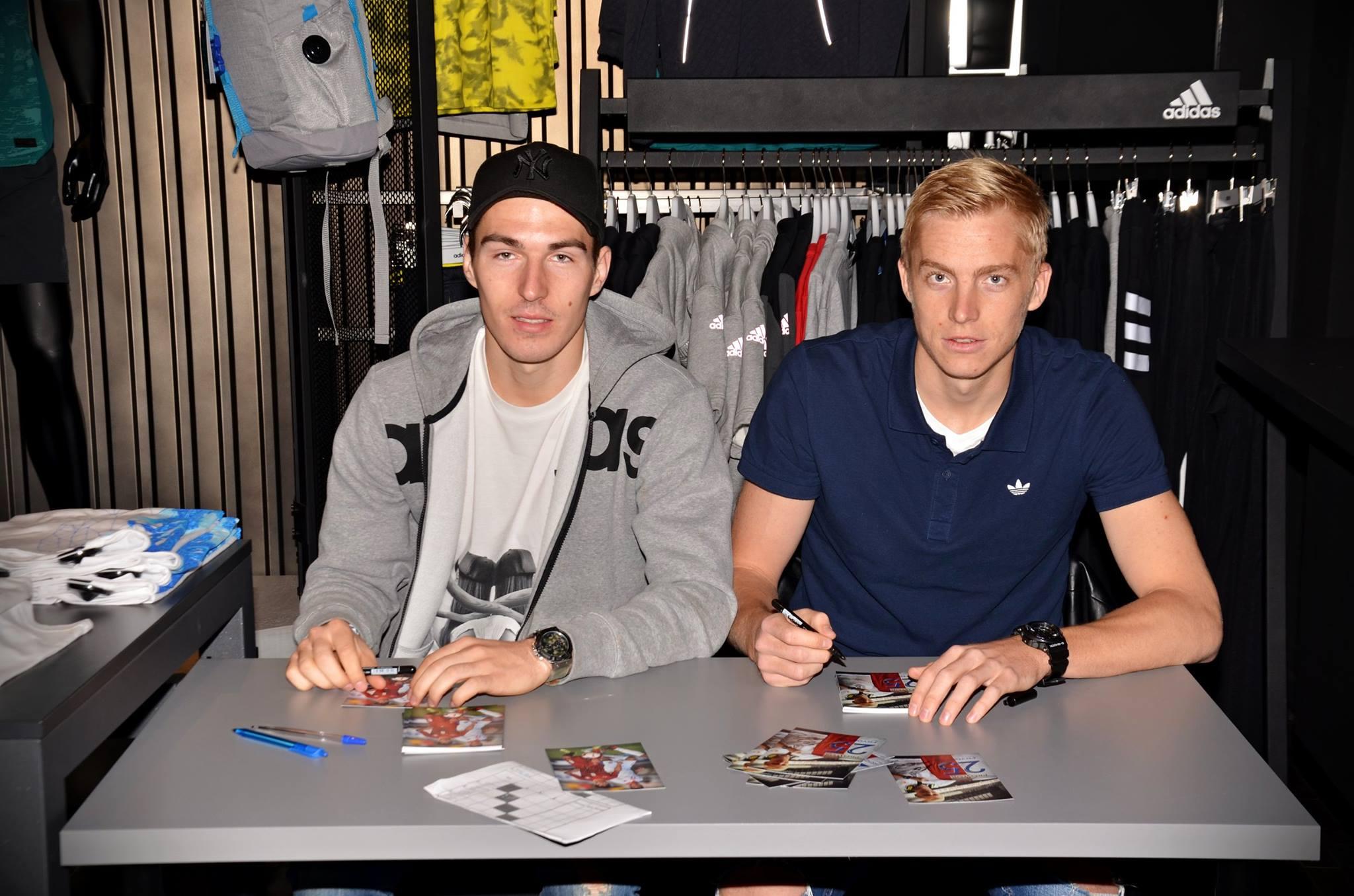 Hráči Slavie Frydrych a Hrubý při autogramiádě v našem pražském obchodě.