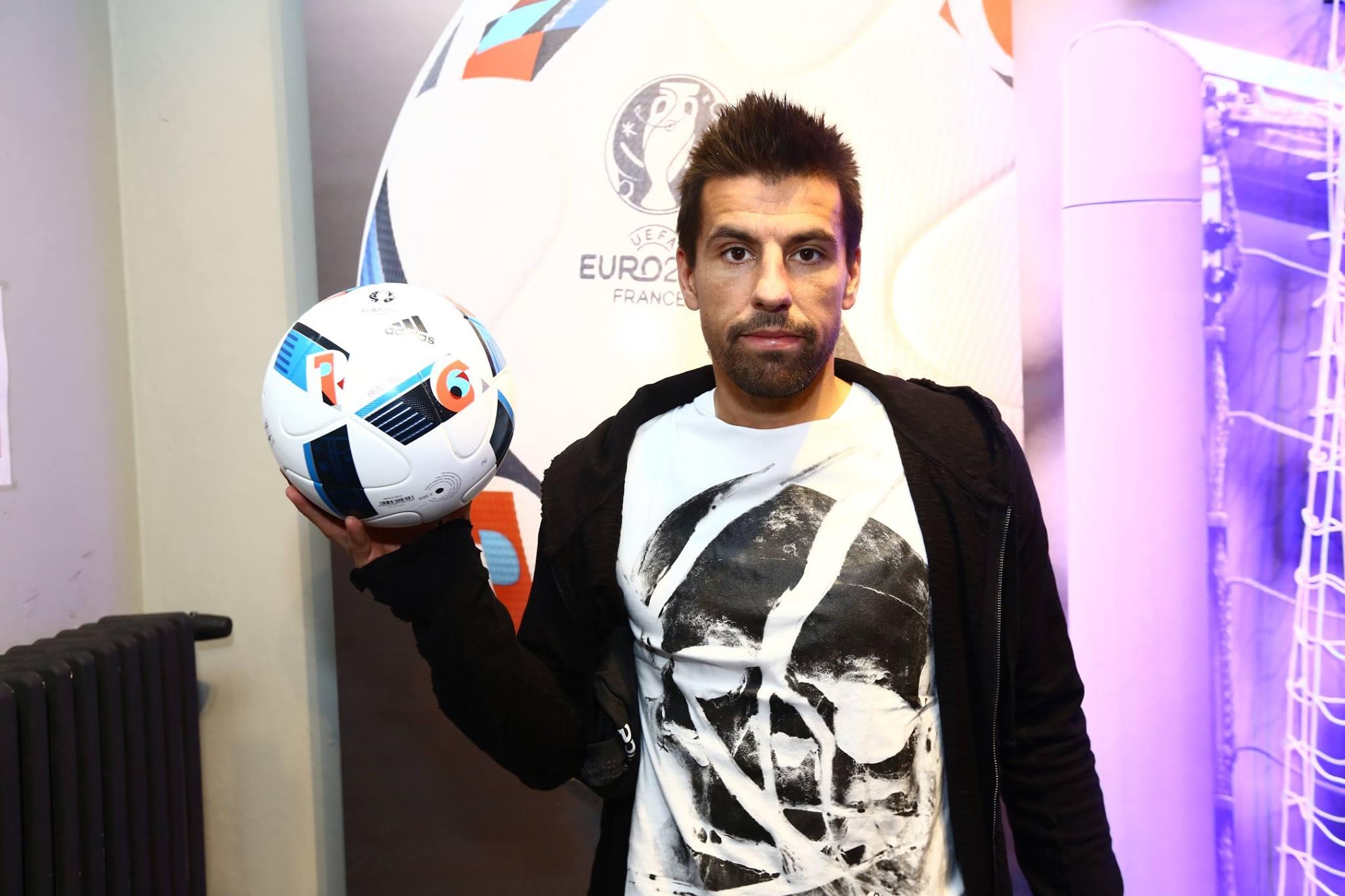 Milan Baroš při představování oficiálního míče pro ME.