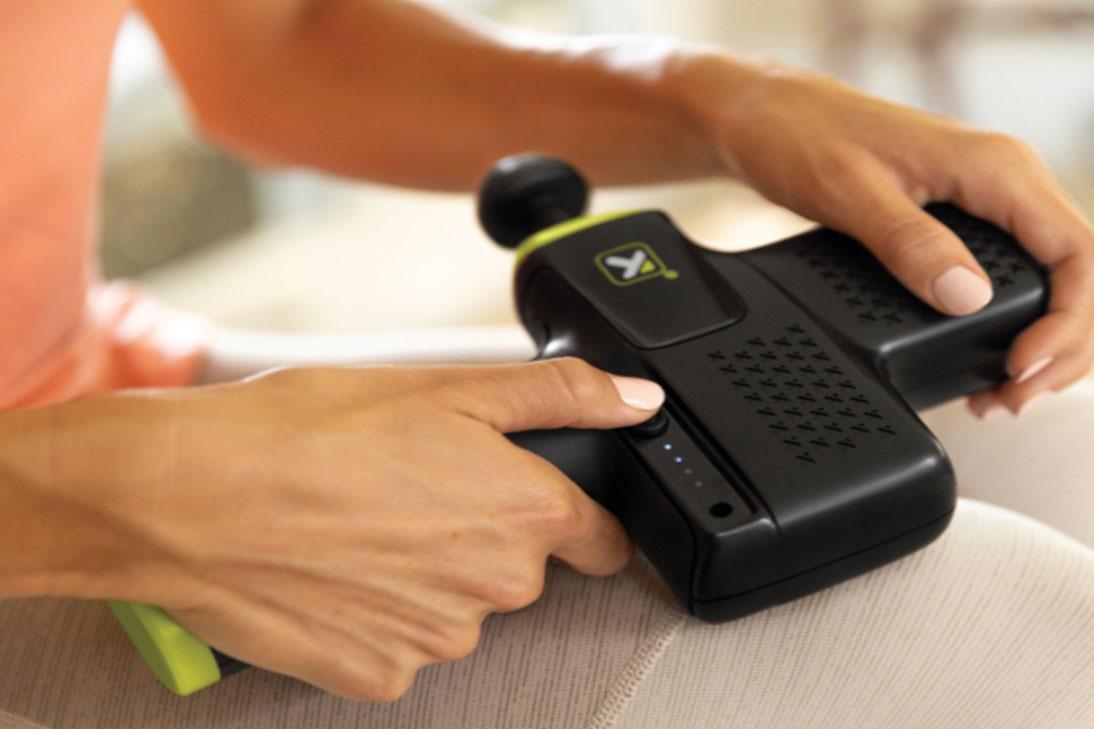 Masážní pistole Trigger Point Impact k uvolnění svalů.